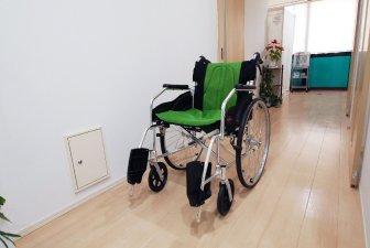 車いすで移動も可能な幅の広い廊下です。